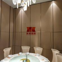 廠家定制酒店移動隔斷屏風辦公室玻璃活動隔斷會議室移動隔音墻圖片